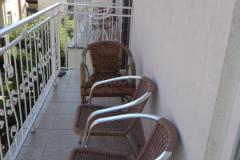 На балконах - плетеные кресла