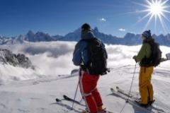 Счастливые лыжники